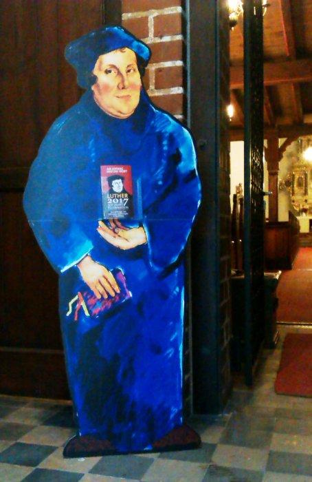 Lebensgroßer Martin Luther im Eingangsbereich der Spremberger Kreuzkirche